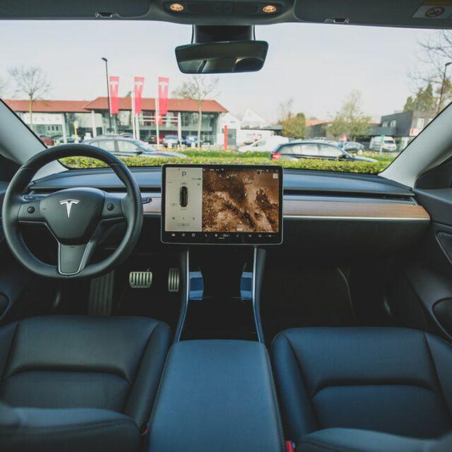 В Санкт-Петербурге «Ситимобил» начнет возить на Tesla